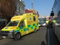 Těžce zraněná žena po srážce autobusem