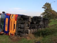 Polský řidič cisterny nezvládl kruhový objezd