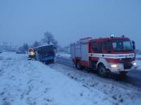 Nehoda autobusu se obešla bez zranění, uniklo asi 300l nafty