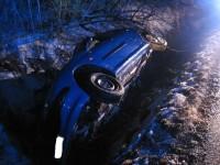 Osobní vozidlo skončilo u Holešova ve strouze potoku