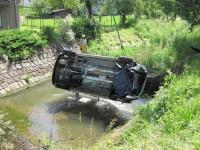 Další zásah pro jeřáb hasičů, vozidlo skončilo pod splavem potoku