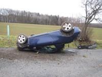 Z převráceného vozidla se dostal zraněný řidič vlastními silami