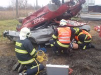 Řidiči zůstali zaklíněni pod vraky vozidel
