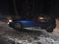 Vozidlo skončilo v příkopu, posádka vyvázla bez zranění