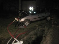 Řidič ve Stříteži zdemoloval auto o zábradlí