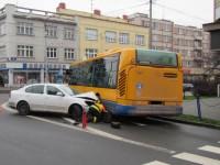 Dva zranění při střetu osobního vozidla s autobusem v centru Zlína