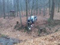 Vozidlo zastavil náraz do stromů, k úniku kapalin nedošlo