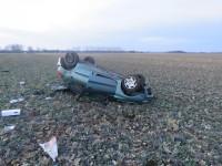 Auto se přetočilo přes střechu, řidič nadýchal 1,54 promile