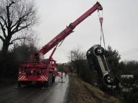 Vozidlo sjelo ze srázu a zničilo rozvodnou skříň elektroinstalace
