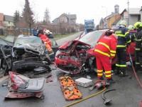 Dva ze tří účastníků nehody museli hasiči z vraků vyprostit