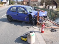 Vozidlo skončilo ve Slavičíně nabodnuté na zábradlí