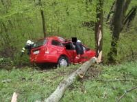 Řidičku vyprostili z vozu až přivolaní hasiči