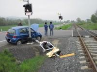 Automobil poškodil signalizační zařízení na přejezdu
