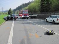 Střet osobního vozidla s kamionem si vyžádal tři zraněné osoby