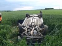 Po nárazu do stromu skončil řidič se svým vozem v poli